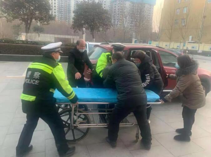 河北邢台信都区交警护送患者紧急就医