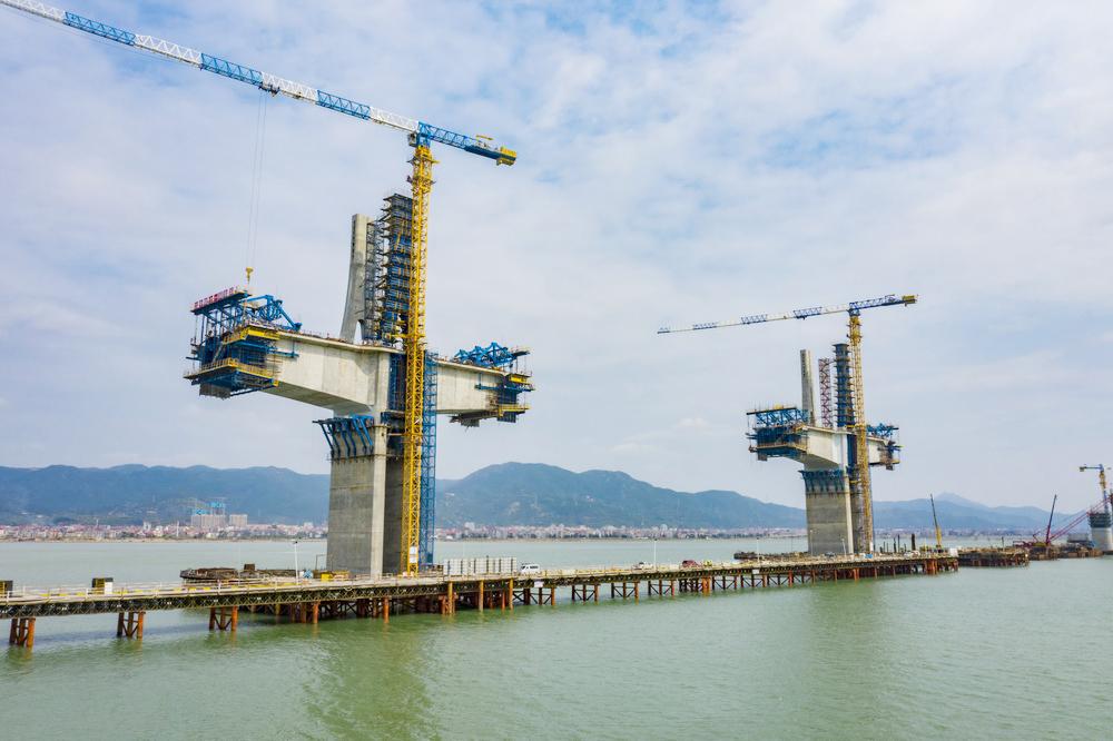 新建福厦铁路湄洲湾跨海大桥主塔封顶