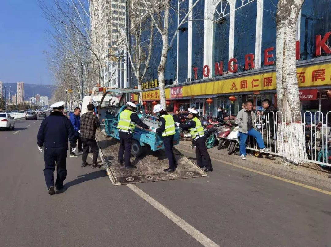 山西吕梁交警展开整治共享单车乱象