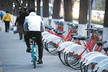 落满尘土少人问津,该考虑公共自行车的去留了