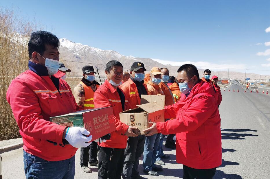 新疆塔什库尔干公路分局慰问一线养护职工