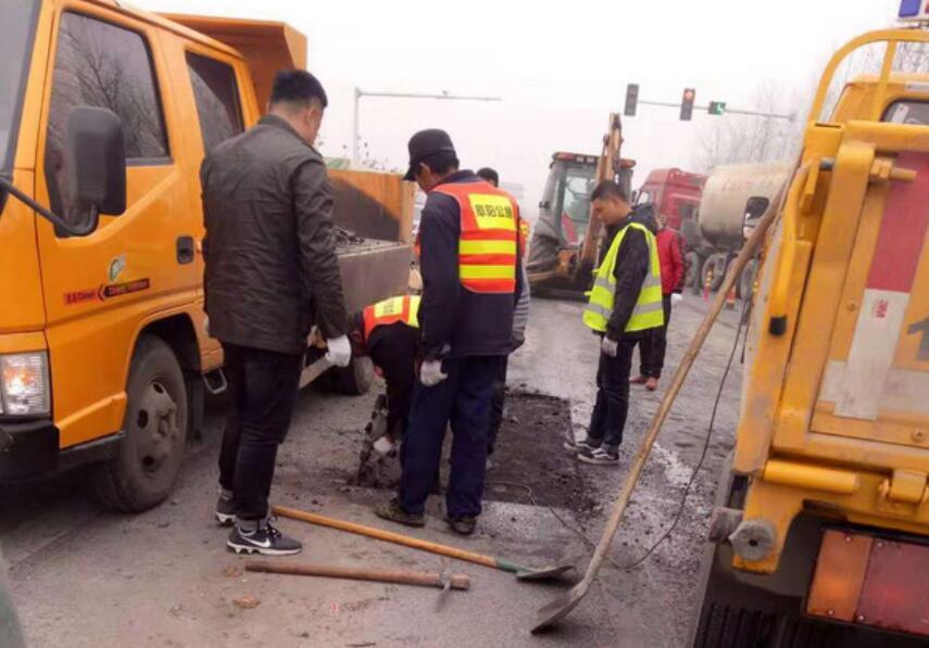 安徽颍上公路分局修补省道路面病害