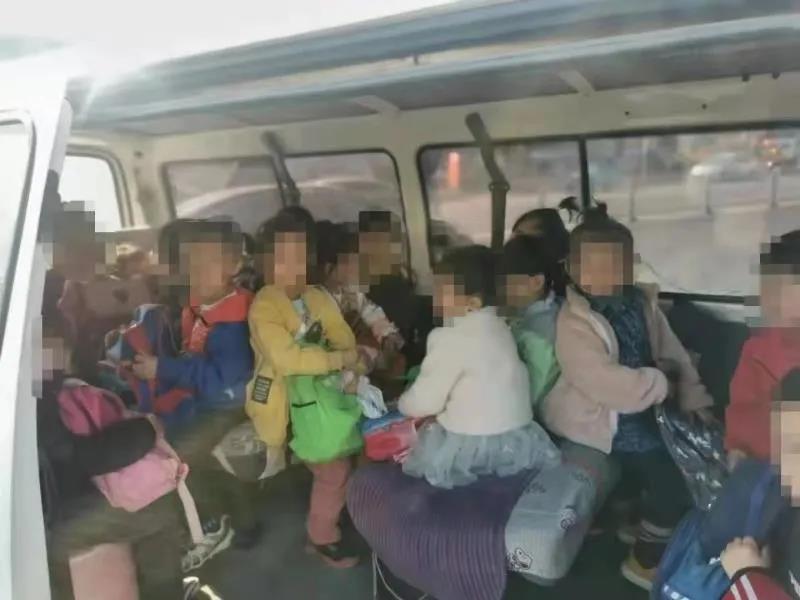 太危险!额定乘员为9人的面包车竟然拉了21人!