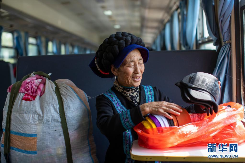 """高铁时代,穿行于大凉山的幸福""""慢火车"""""""