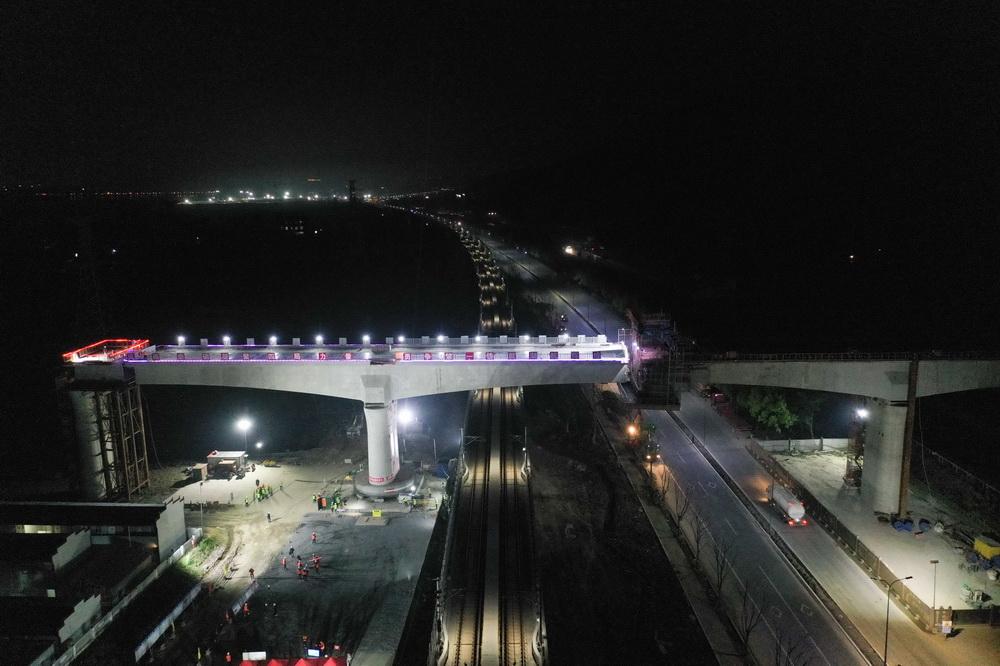 湖杭铁路首个转体连续梁成功转体