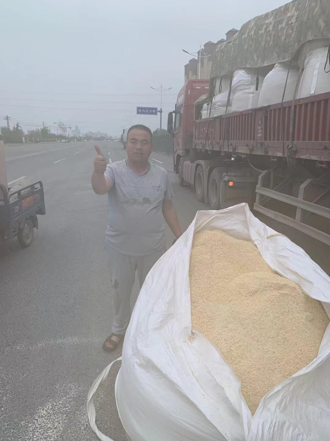 新乡市交警九大队民警帮助司机师傅收拾散落物