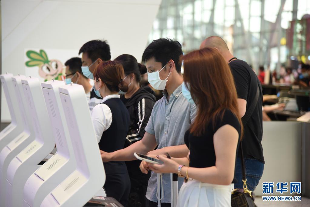"""白云国际机场""""全球最忙"""" 疫情防控促中国航空业快速复苏"""