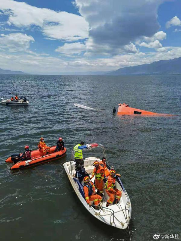 云南大理一架直升飞机坠入洱海