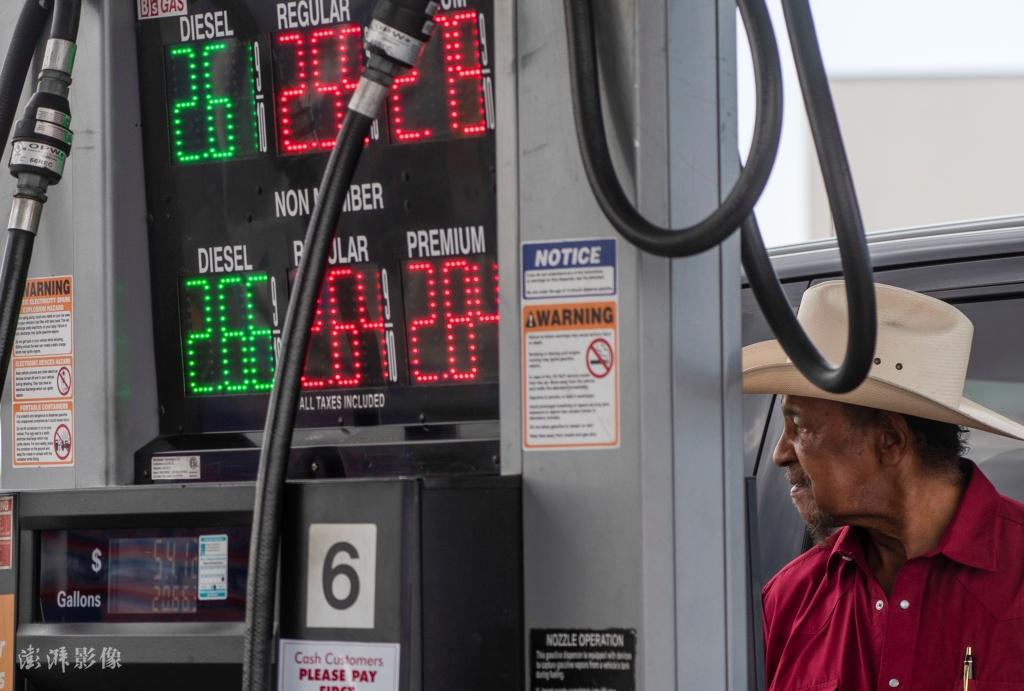 受到燃油管道关闭影响,美国民众开车排长队加油
