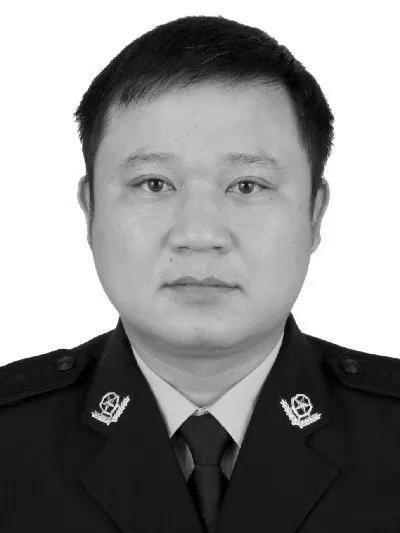 广东清远一交警遭重型半挂车追尾殉职,享年52岁
