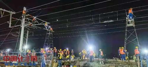 """万名铁路建设者连续24小时""""天窗""""作业保障朝凌高铁开通"""