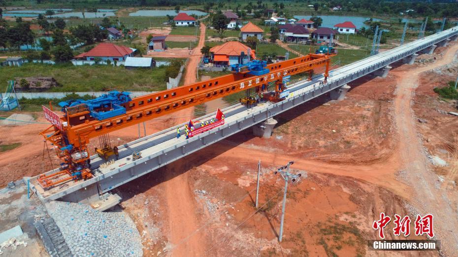 中老铁路正线架梁贯通