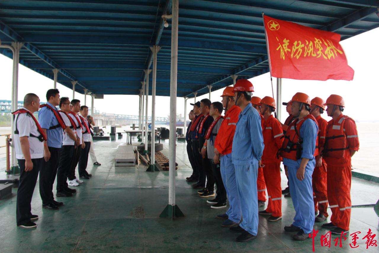 岳阳海事局开展水上应急联合演习