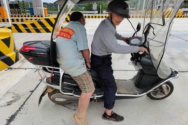 长沙高速:智障老人高速走失  黄金园收费站热心救助